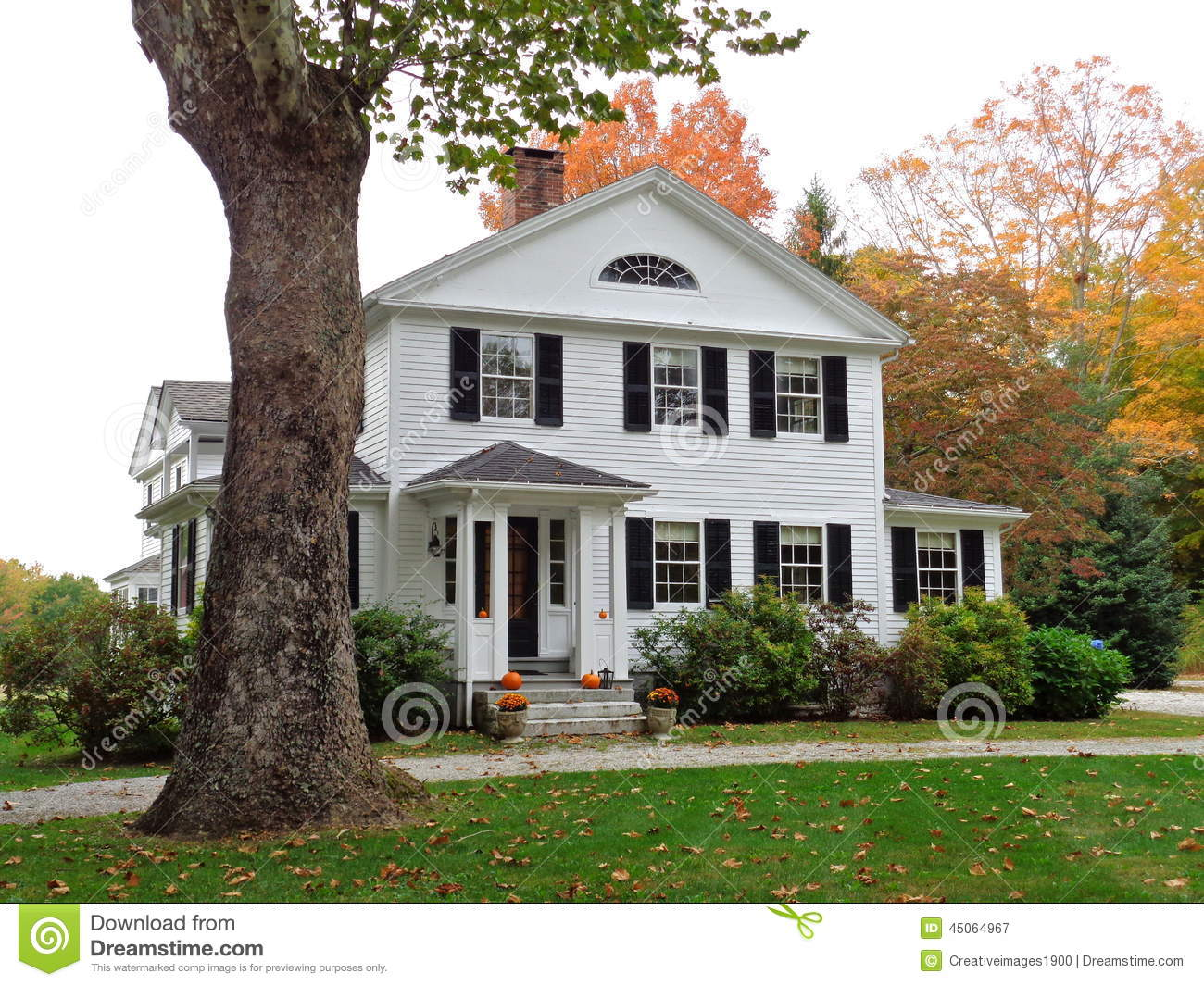 Colonial home in Connecticut with fall colors