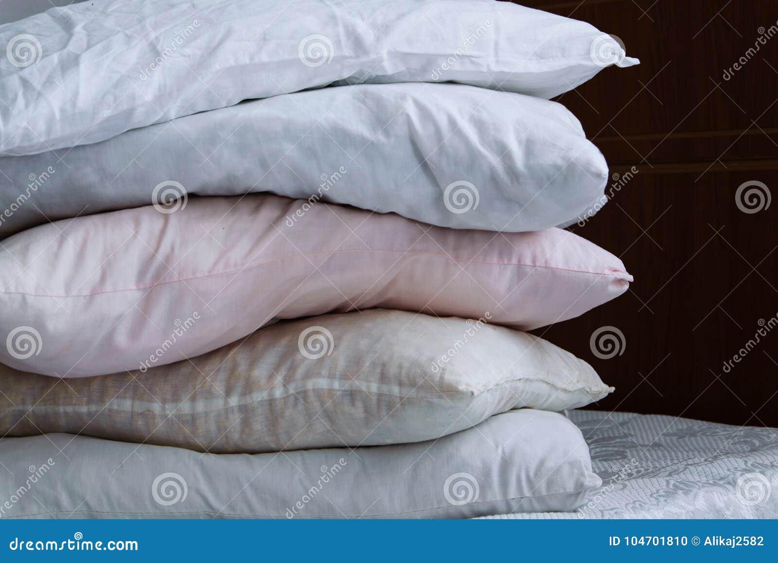 Colonna del cuscino sul letto