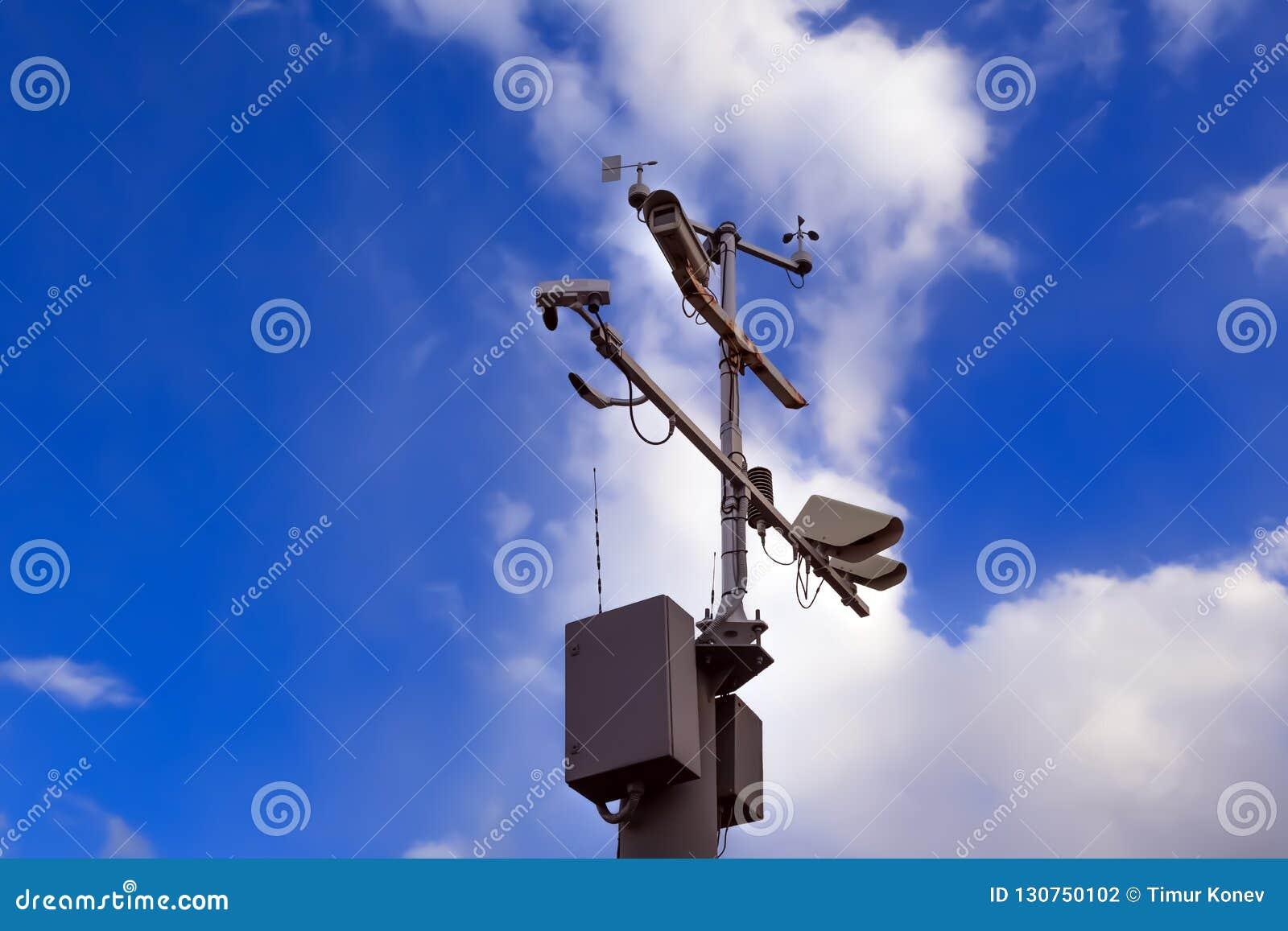Colonna del ghisa grigio con le videosorveglianze ed il controllo di velocità sopra