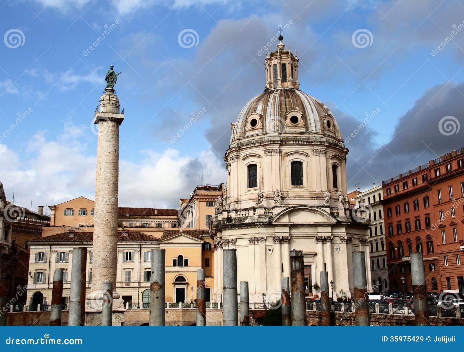 Colonna di Trajans e chiesa S. Maria di Loreto