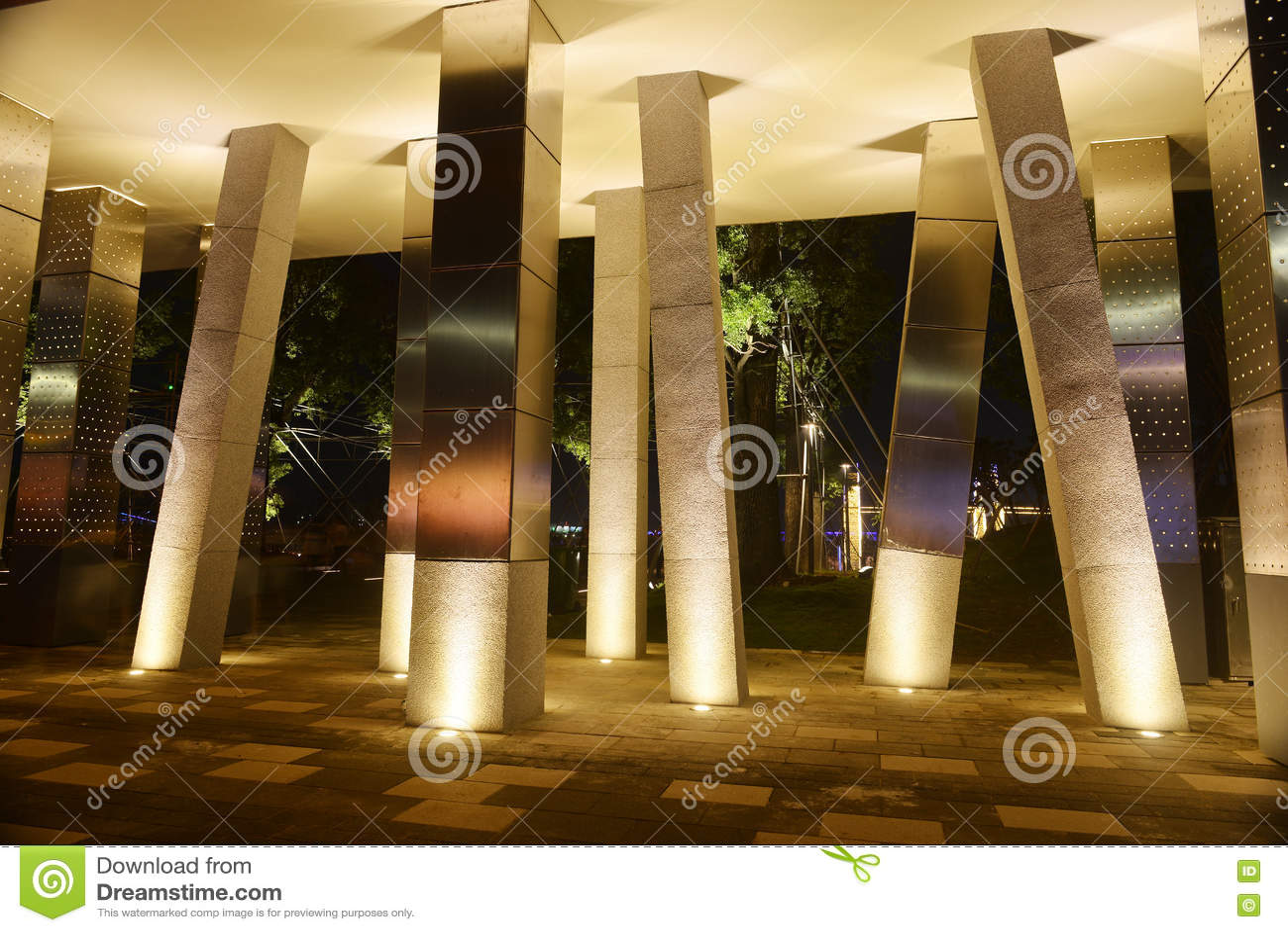Colonna quadrata e luce principale del punto