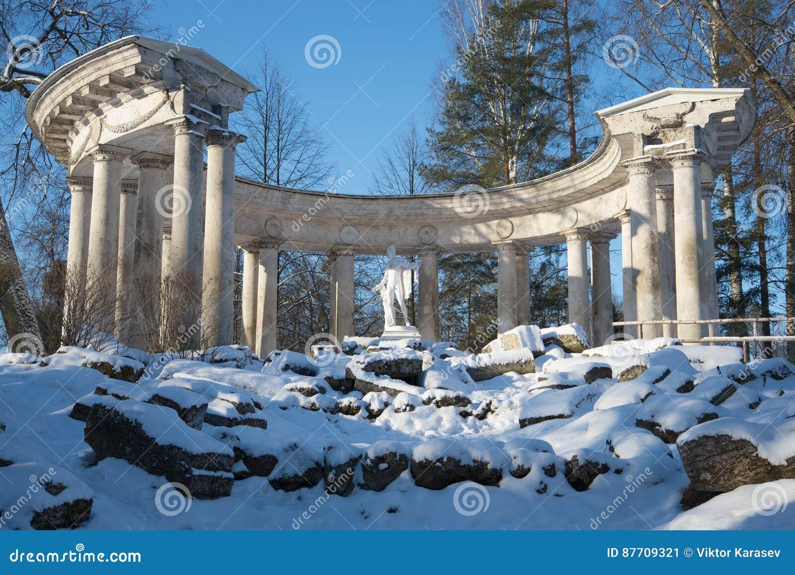 Colonnade de plan rapproché d Apollo Jour de février Parc de Pavlovsk St Petersburg