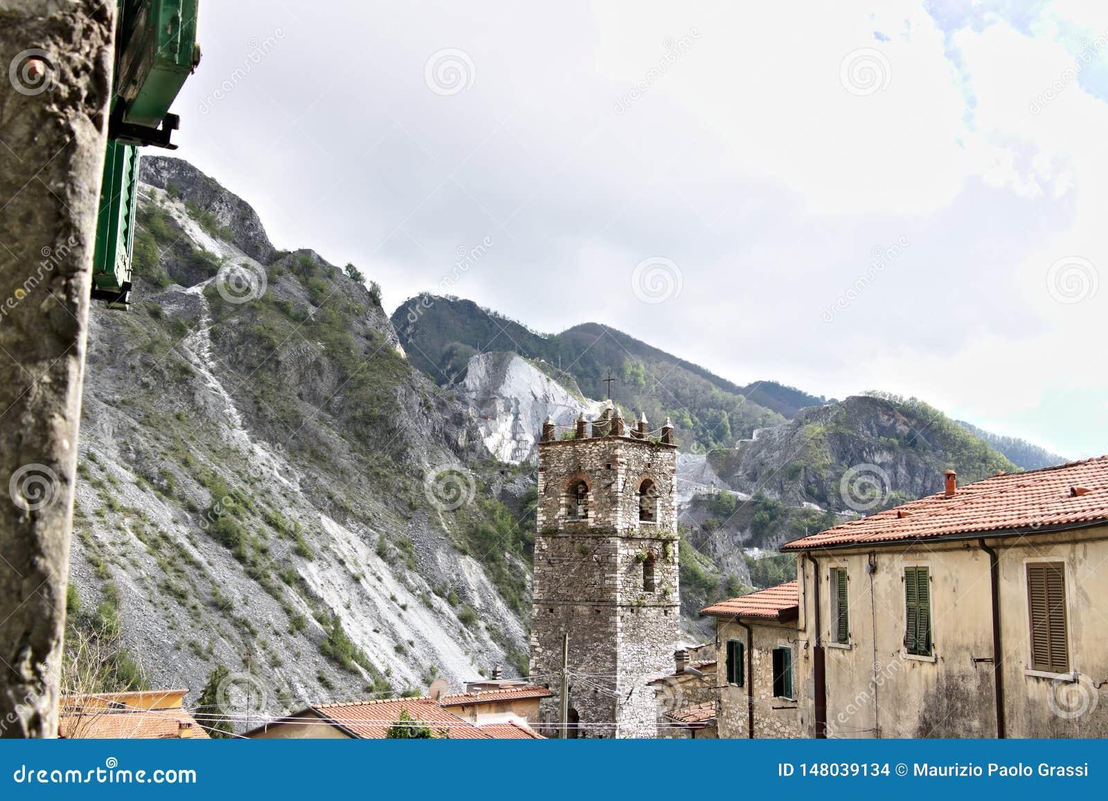 Colonnata, Carrara, Toscana, Italia Campanario de la iglesia construida con los guijarros de m?rmol blancos