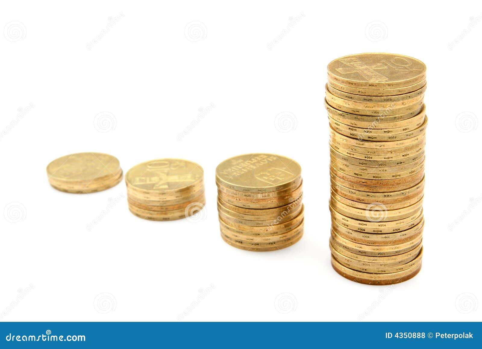Colonne delle monete che formano un diagramma crescente di ricchezza