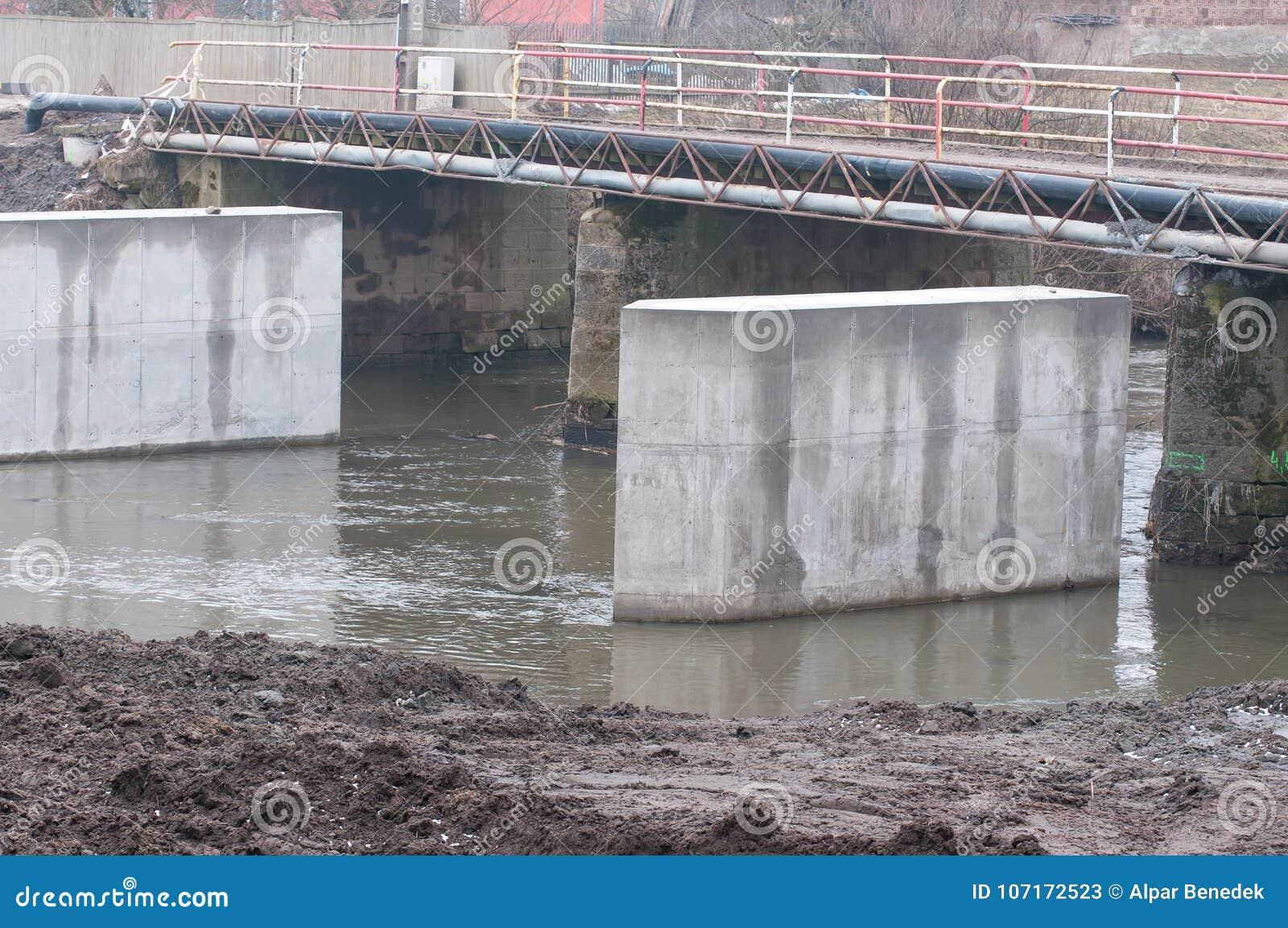 Colonnes concrètes dans l eau, construction de pont sur la rivière d Olt