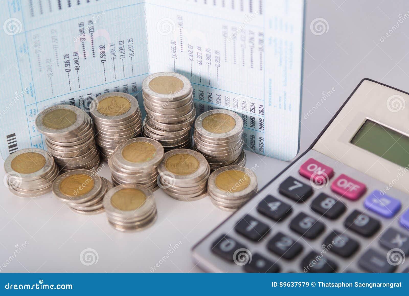 Colonnes croissantes des pièces de monnaie, piles des pièces de monnaie disposées comme graphique
