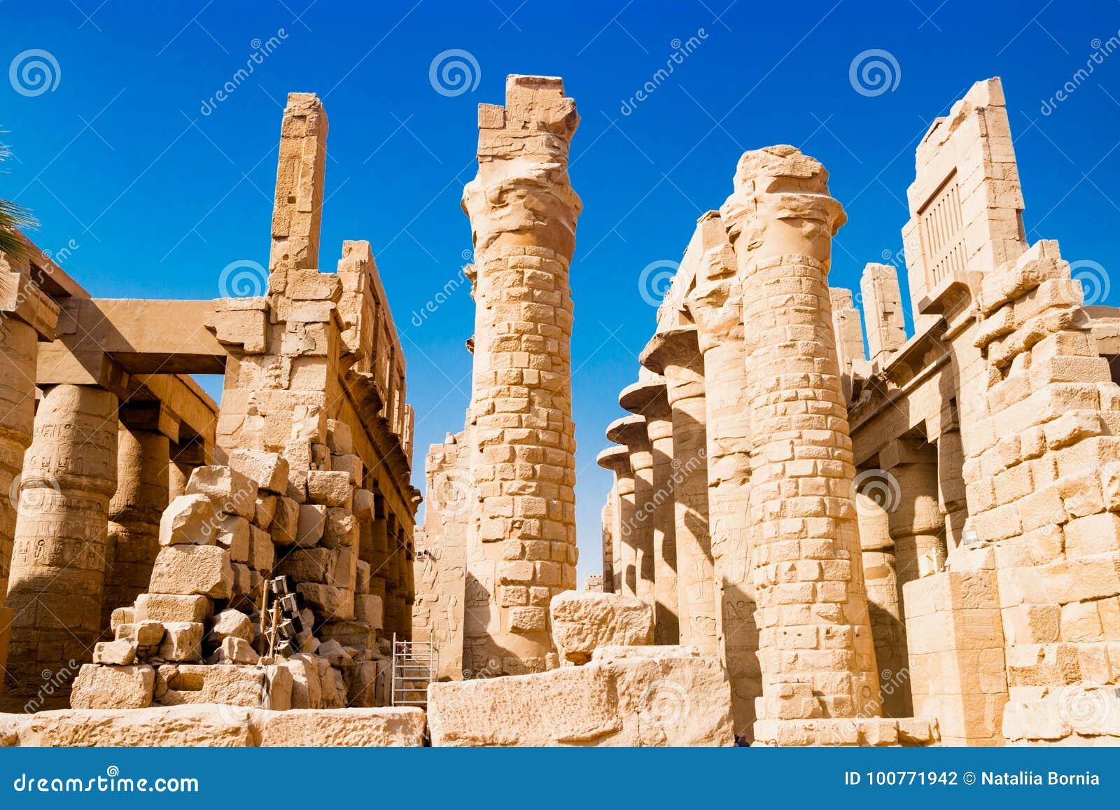 Colonnes hiéroglyphiques égyptiennes à Louxor, Egypte