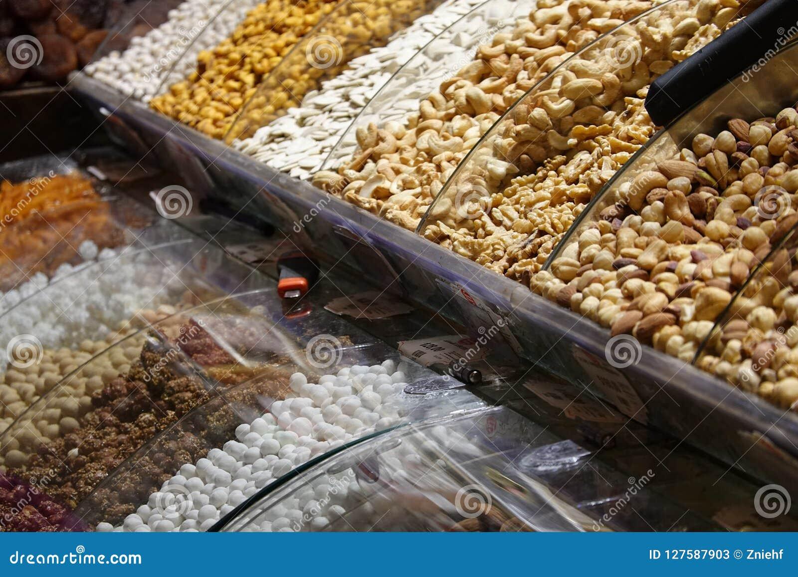 Coloqúese con los diferentes tipos de nueces y de frutas secadas para el té en a