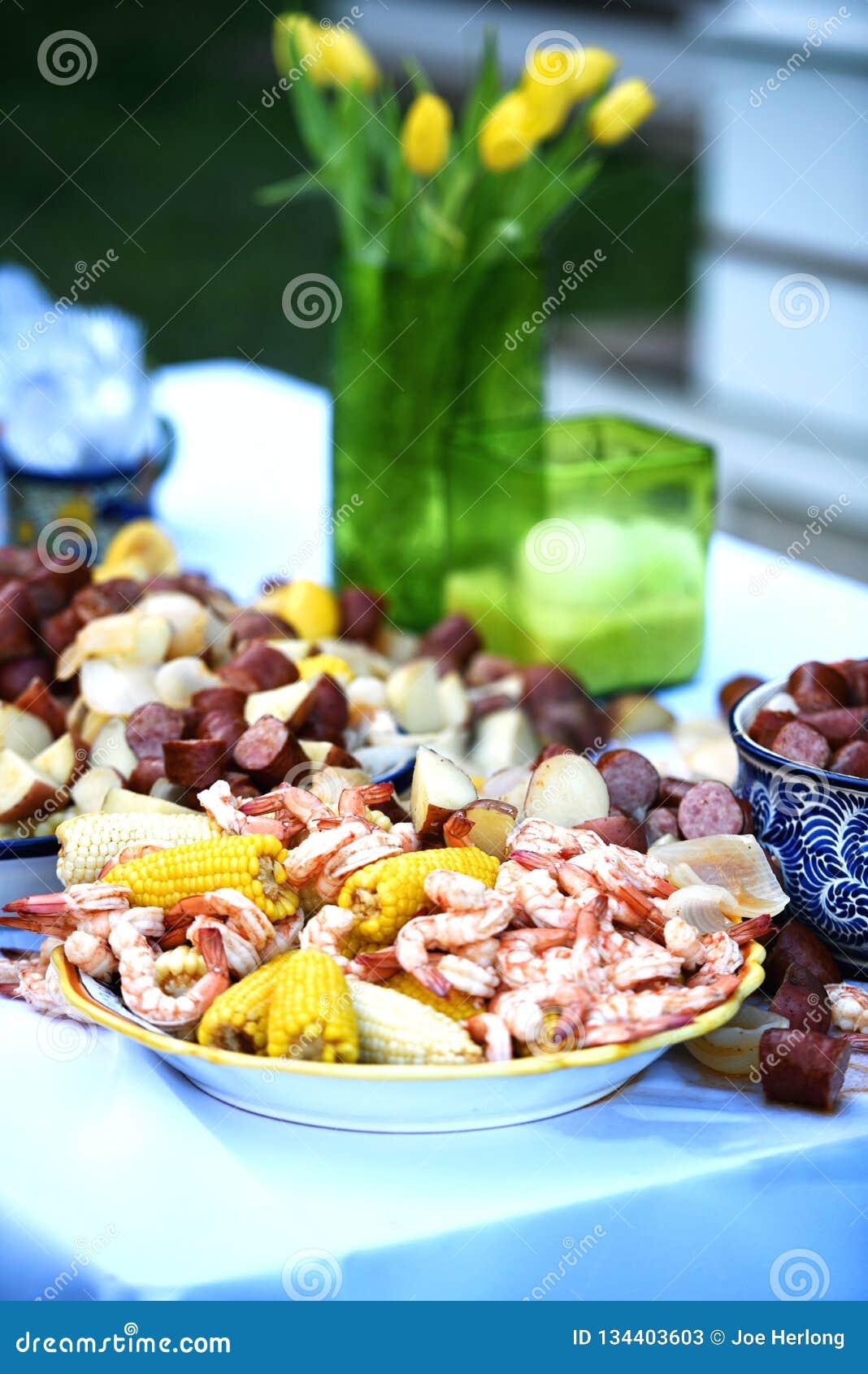 Color vibrante con flores amarillas y una ebullición deliciosa del camarón del país bajo