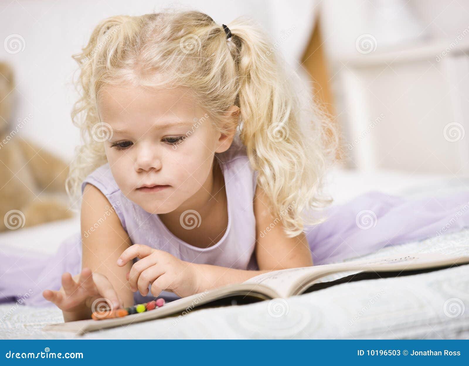 Colorante de la muchacha en libros