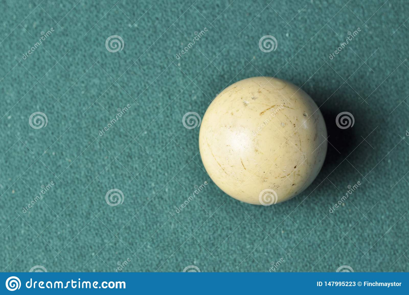 Colore bianco della vecchia palla da biliardo sulla tavola di biliardo verde, spazio della copia
