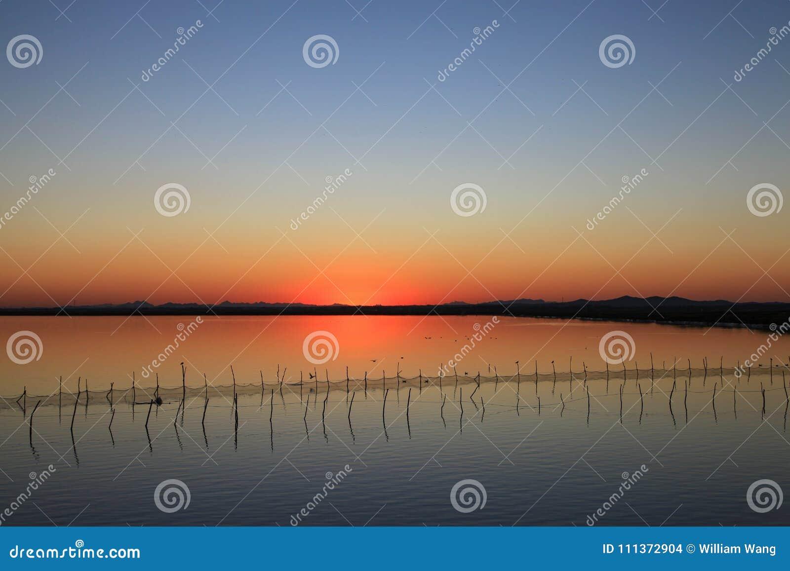 Colore di tramonto in un lago nel nord-est della Cina
