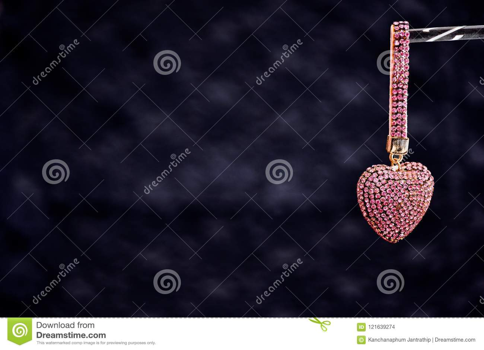 Colore in forma di cuore del regalo in rosa-oro su uno shini nero del fondo