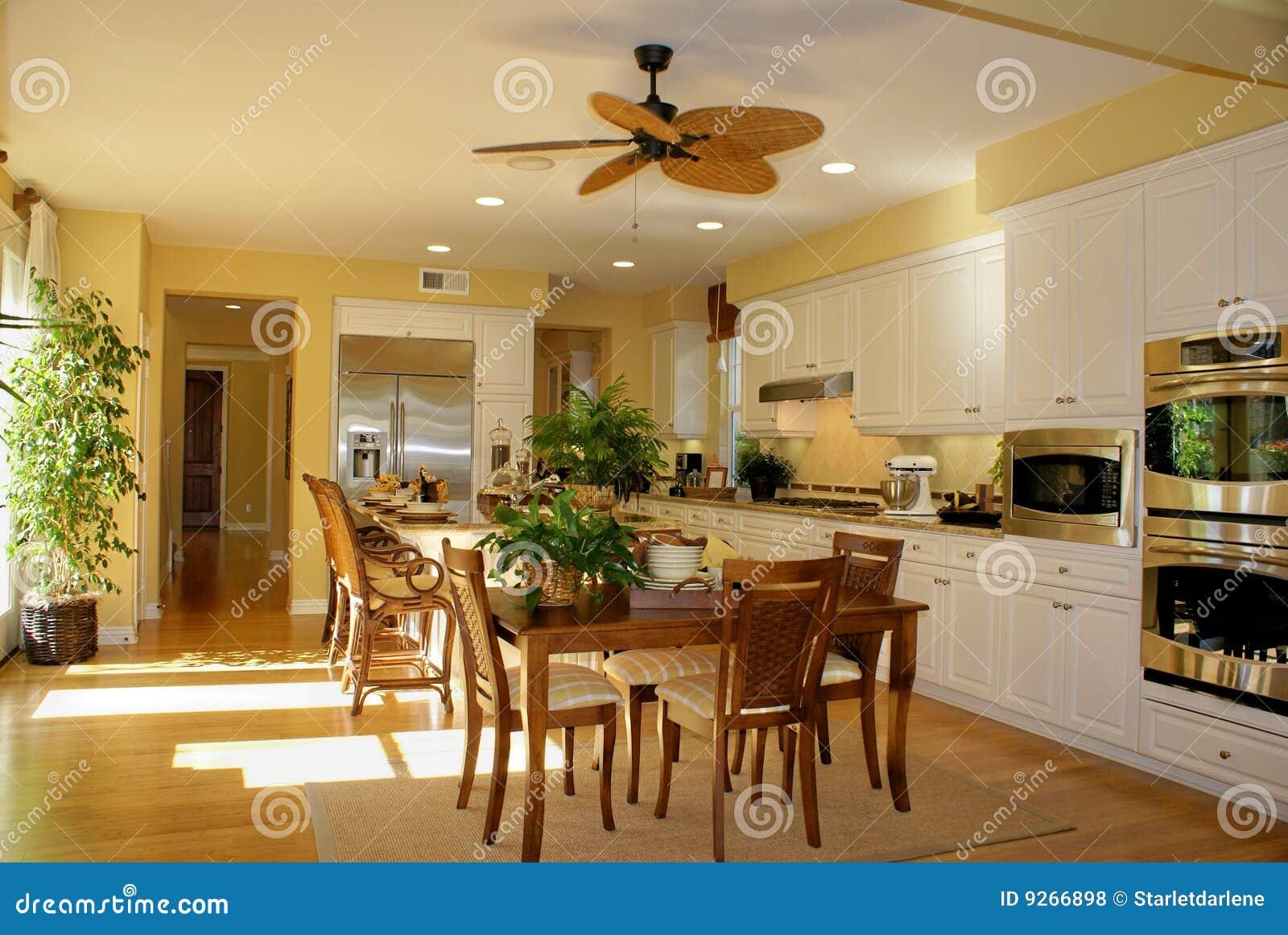Colore Parete Gialla : Colore giallo pieno di sole della cucina fotografia stock