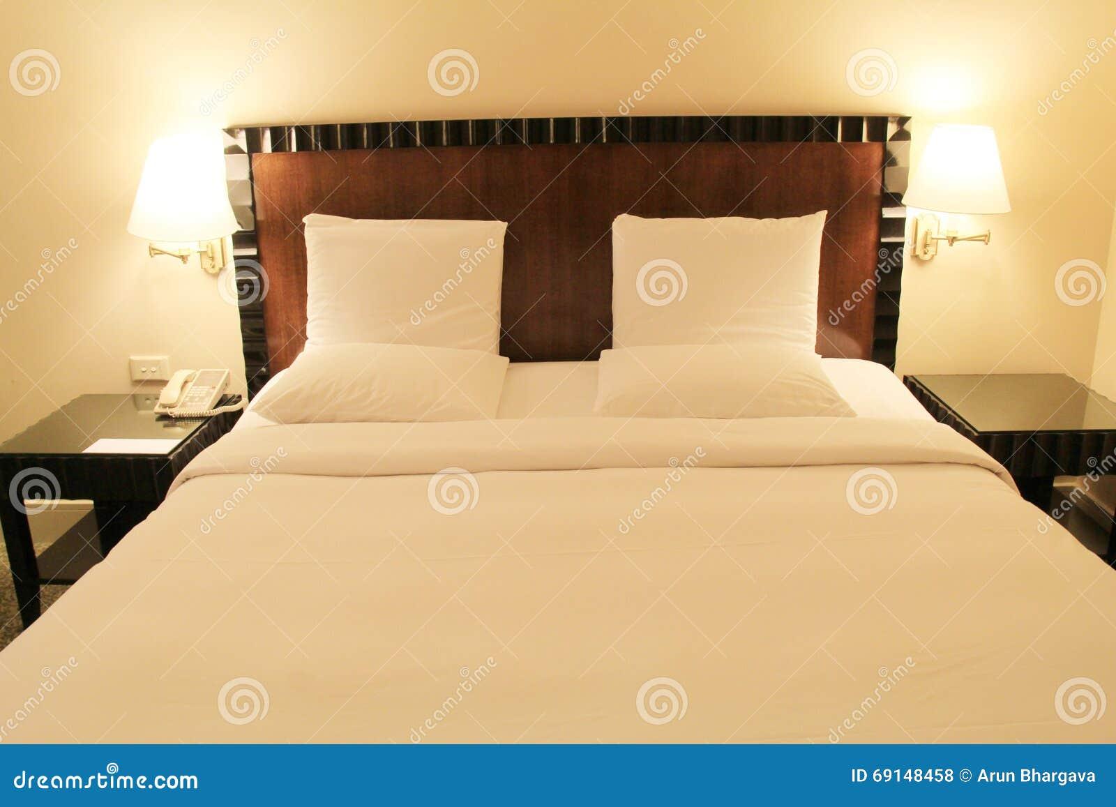 Camera Da Letto Color Rosa : Colore rosa di lusso della camera da letto di bed fotografia stock