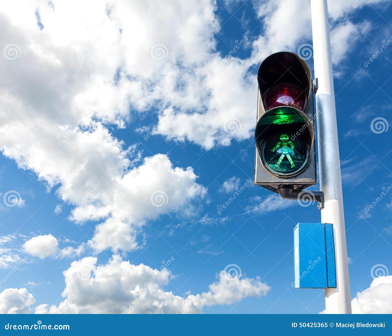 Colore verde sul semaforo per il pedone