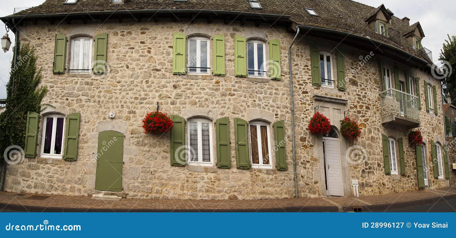 Colore verde verde oliva e fiori della facciata di pietra immagine stock immagine di finestra - Colore facciata casa ...