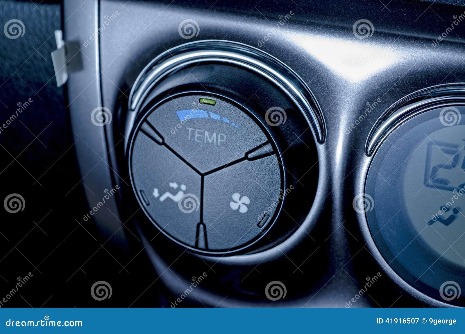 Coloree el detalle con el bot?n del aire acondicionado dentro de un coche Azul-entonado