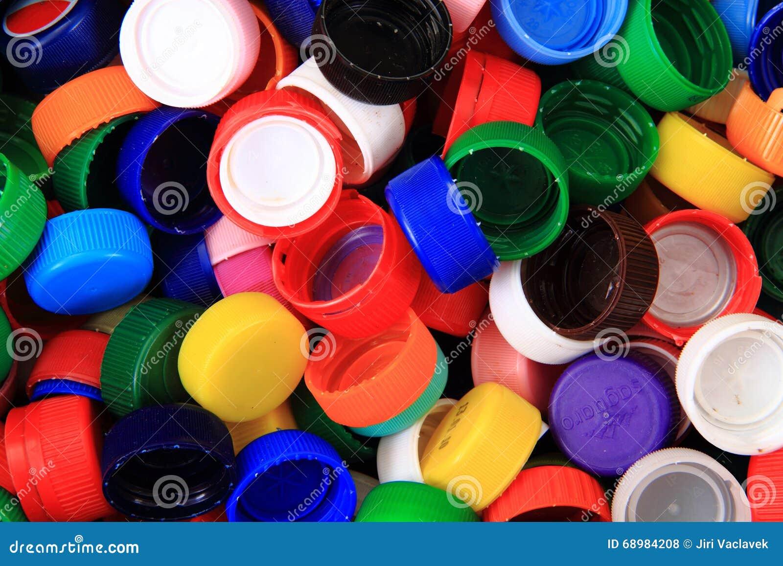Coloree el fondo de los casquillos del plástico