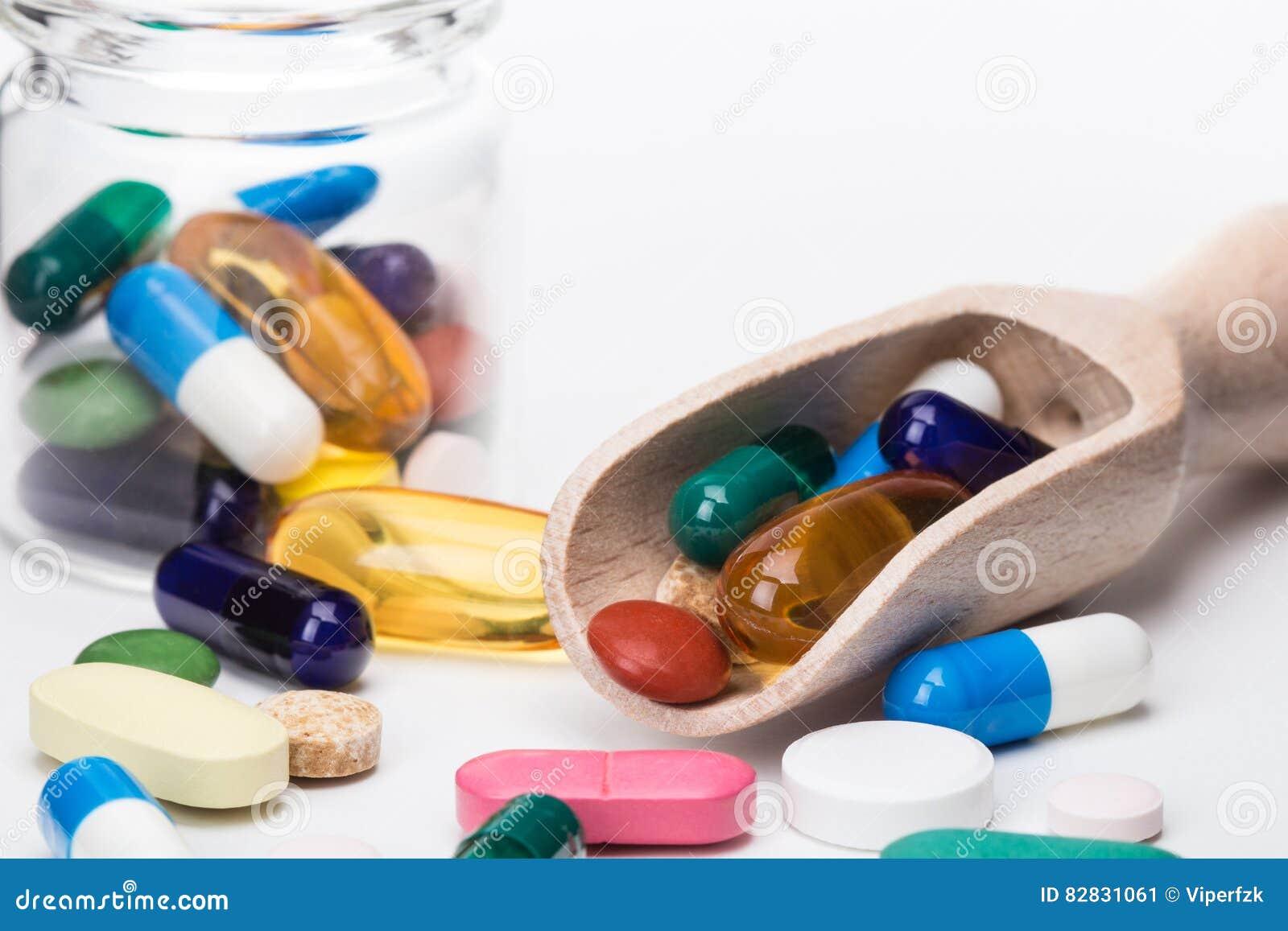 Coloree las píldoras en el envase de cristal y el dispencer de madera