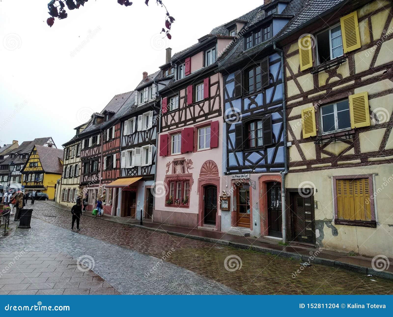 Coloreful starzy domy w Rhenish stylu w Colmar, Francja