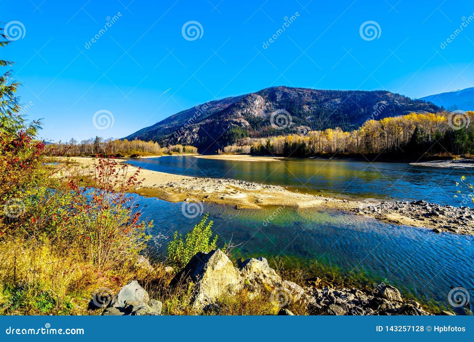 Colores de la caída alrededor de Thompson River del norte entre Barriere y Clearwater, A.C.