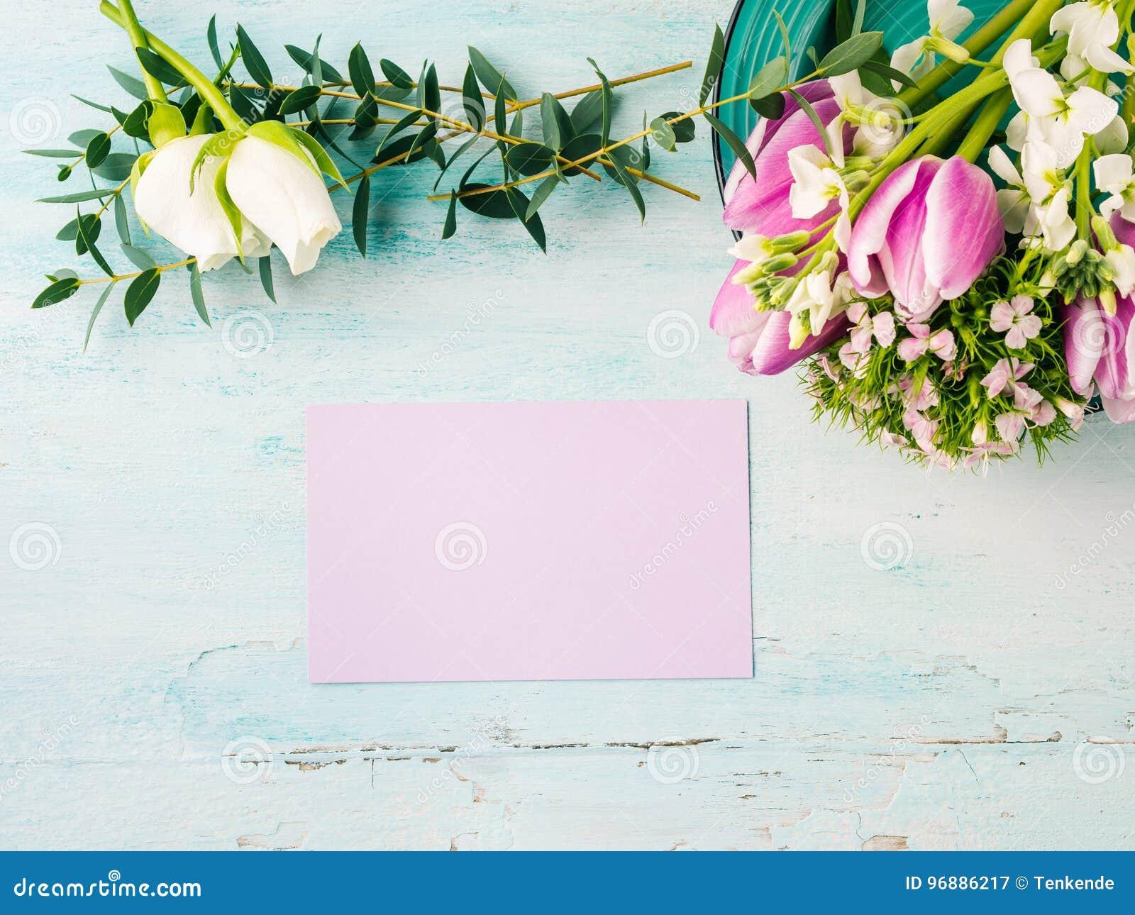 Colores en colores pastel de la tarjeta de la flor de la rosa púrpura vacía del tulipán
