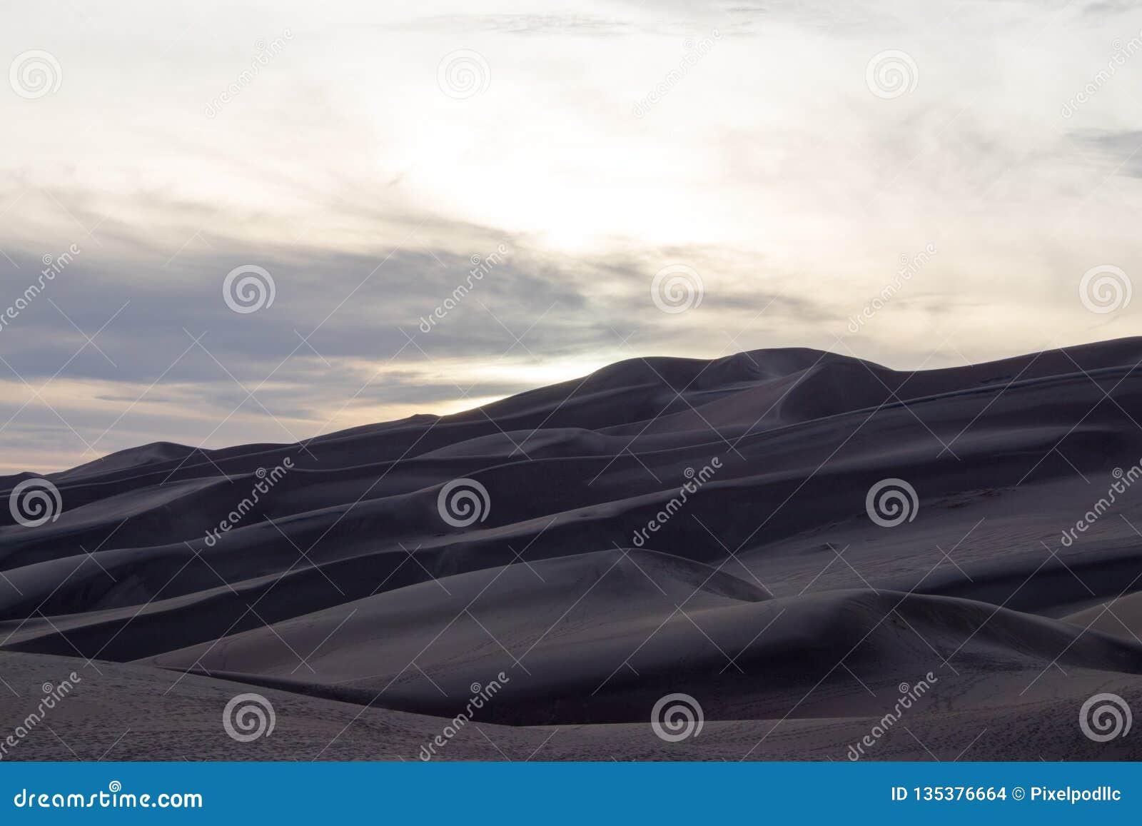 Colores magníficos del grandes parque nacional y coto, San Luis Valley, Colorado, Estados Unidos de las dunas de arena