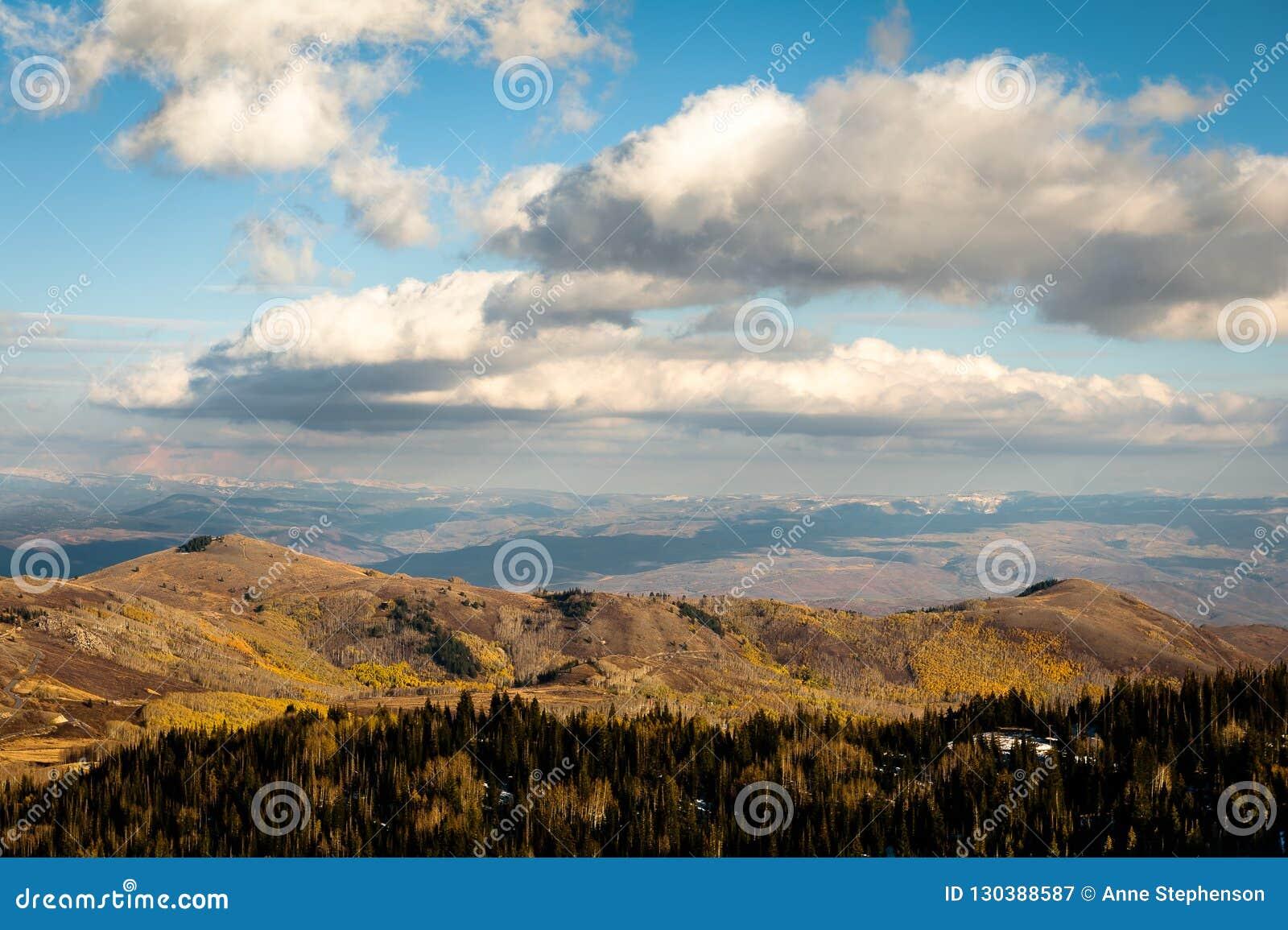 Colores, nubes y montañas del otoño cerca de Park City, Utah