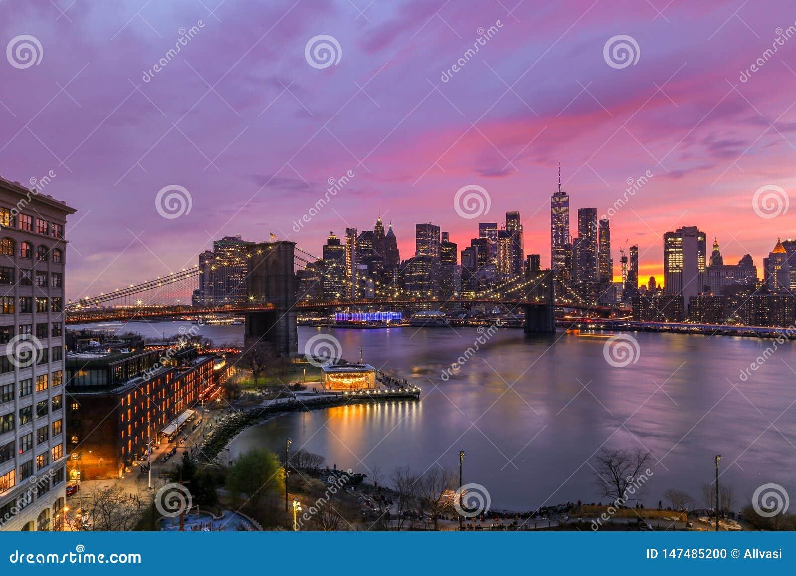 Colores púrpuras de la puesta del sol de New York City