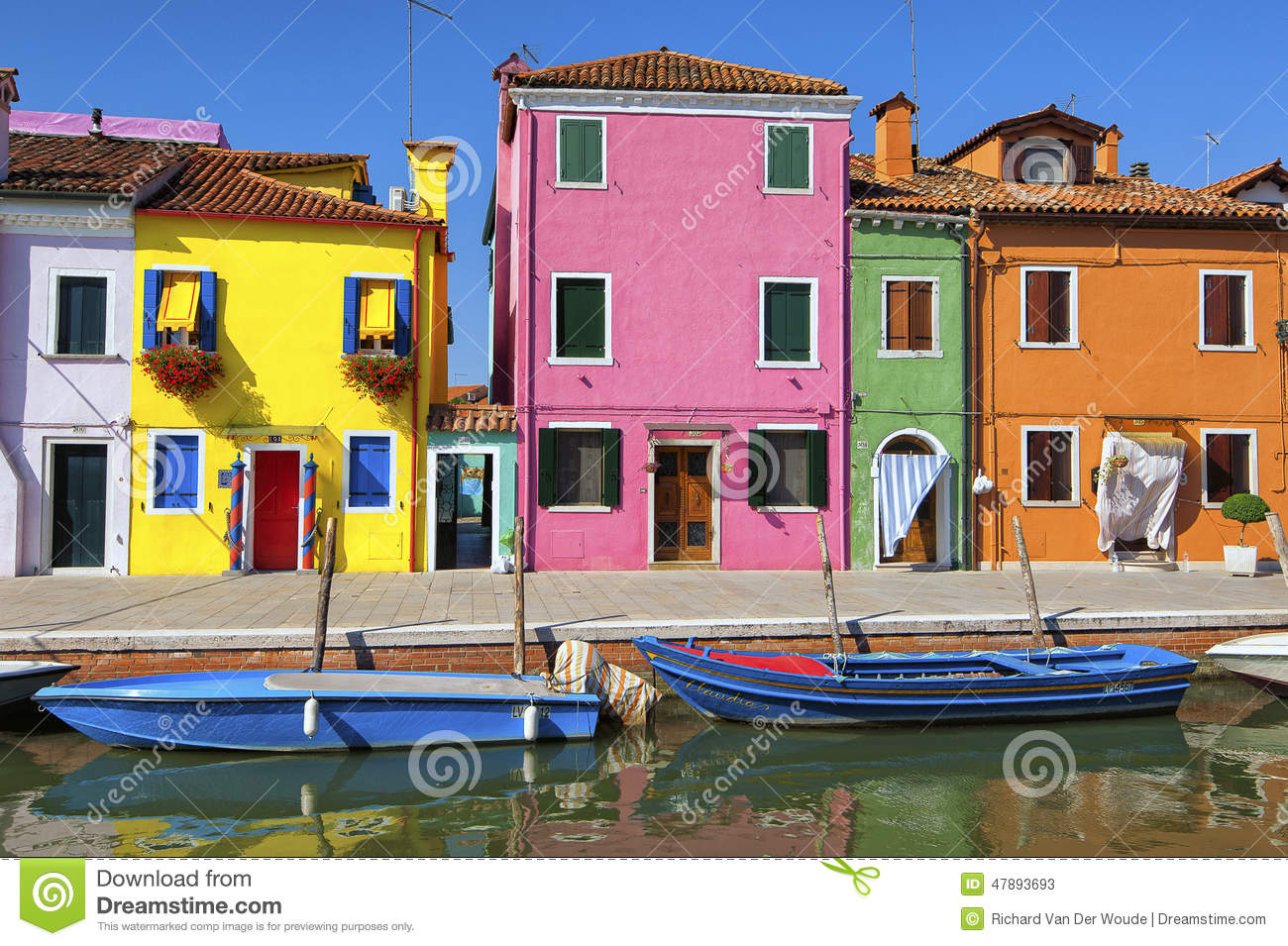 Colorful houses and canal on burano island near venice for Acheter une maison seule