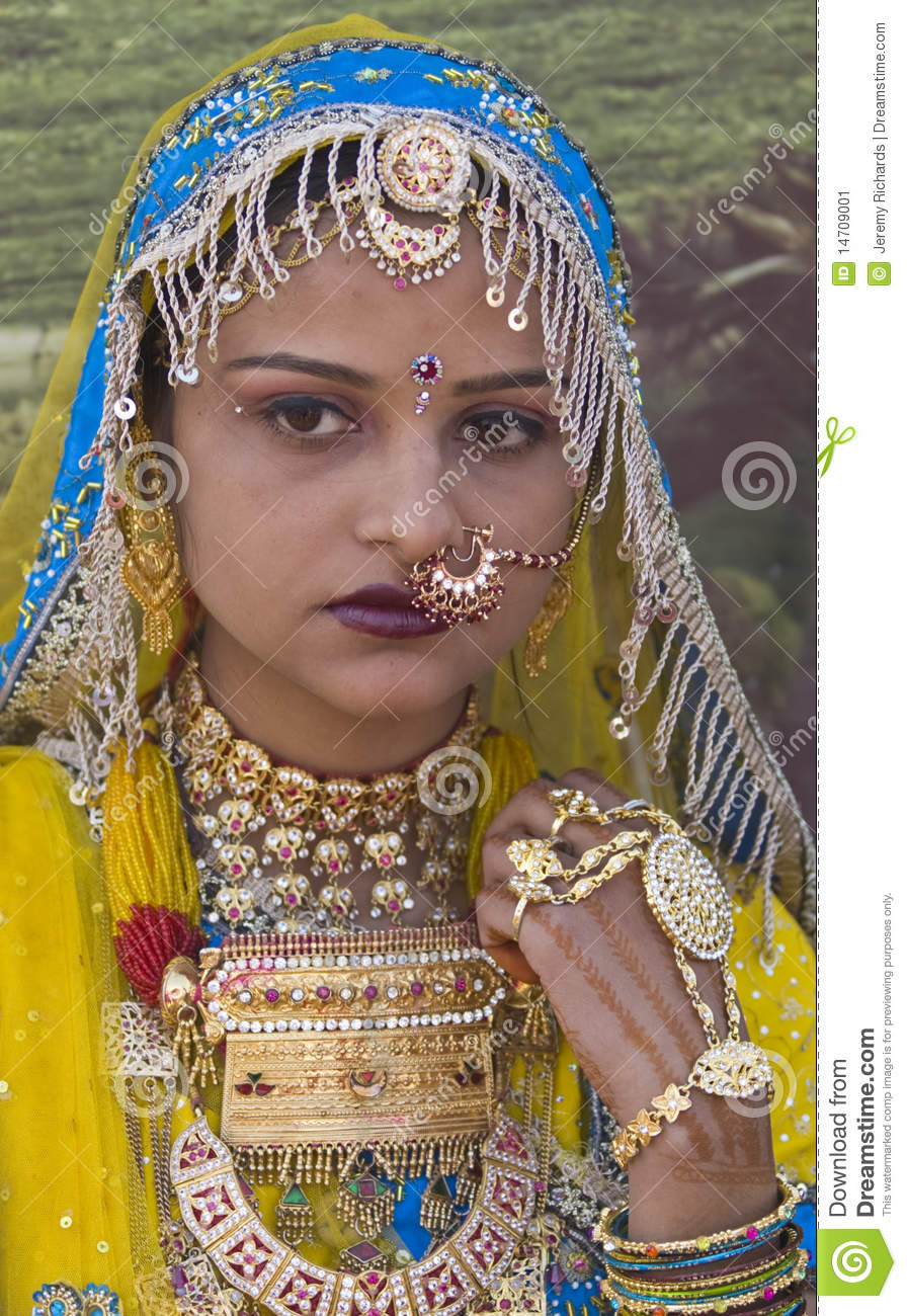 colorful-r​ajasthani-​woman-1470​9001