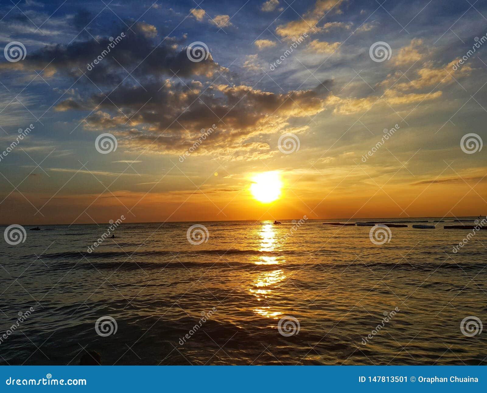 Colorfull la puesta del sol en el mar