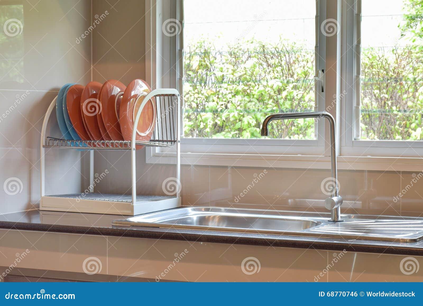 Keuken Met Zwarte Tegels En Natuurlijke Houten Teller Royalty ...