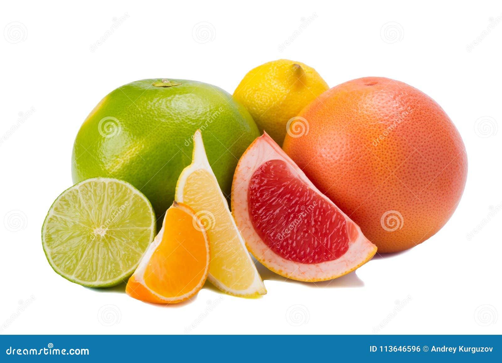 Colori differenti degli agrumi, con vitamina C su fondo bianco
