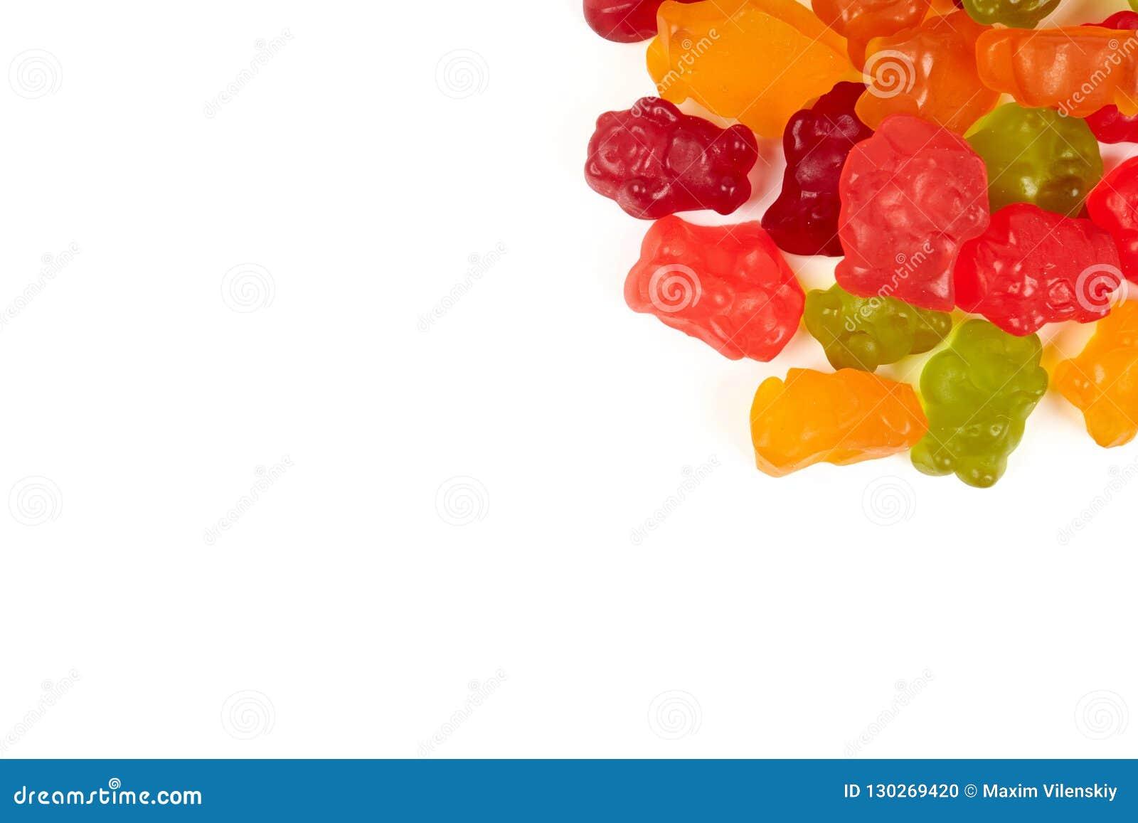 Colorido coma los osos gomosos gelatinan el caramelo, aislado en el fondo blanco