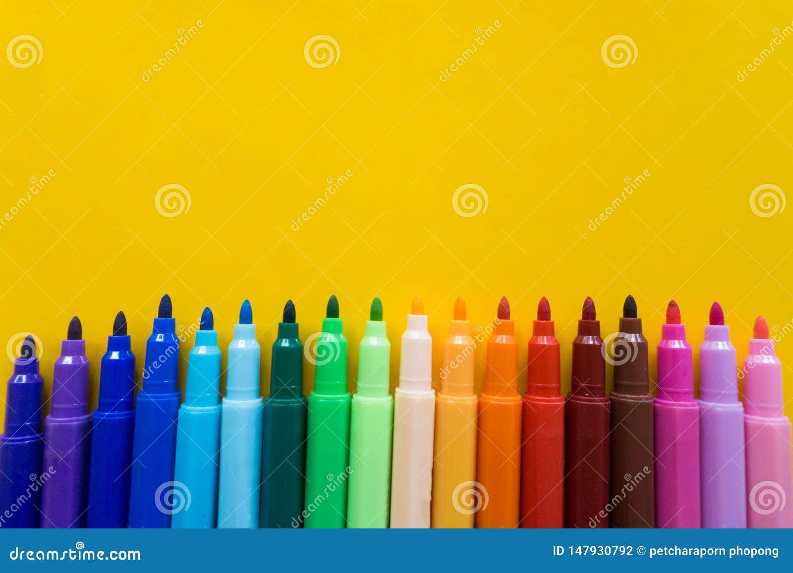 Colorido da pena da cor isolada com fundo amarelo