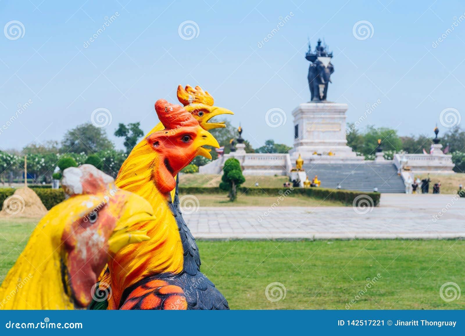 Colorido de muchas estatuas del gallo en rey Naresuan Monument