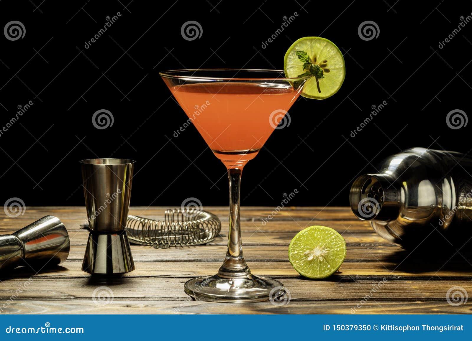 Colorido de receta roja del cóctel del alcohol