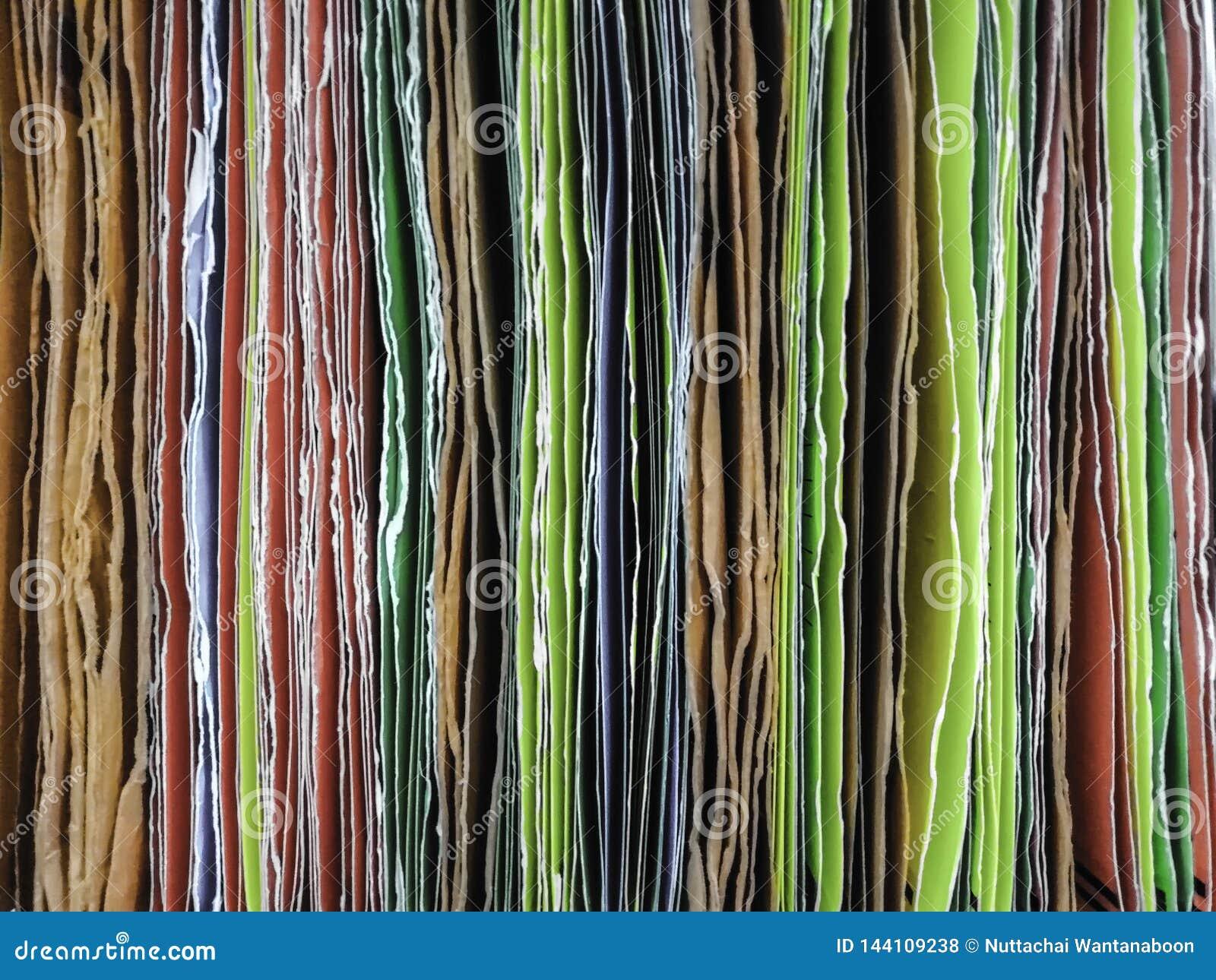 Colorido do arquivo em papel que pendura para introduzir documentos no escritório