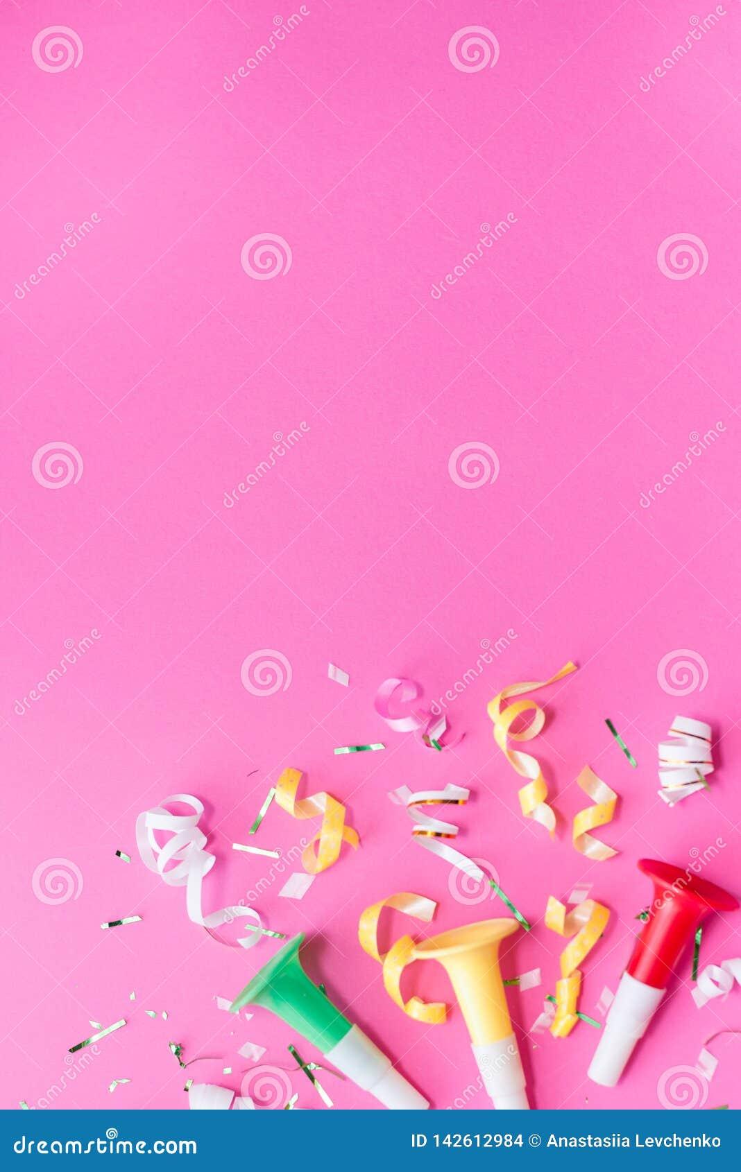 Colorul przyjęcia streamers na różowym tle świętowania pojęcia odosobniony biel Mieszkanie nieatutowy