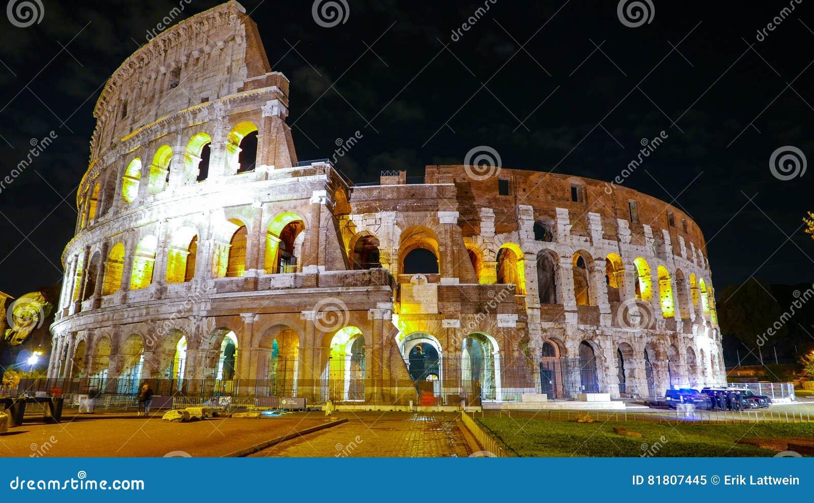Colosseum в Риме - красиво загоренном на ноче - di Roma Colosseo