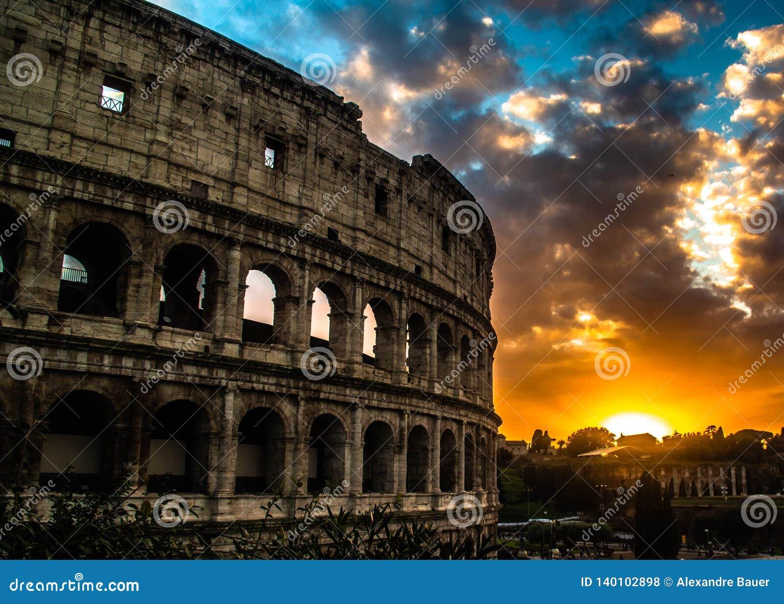Colosseum av Rome, Italien, på solnedgång