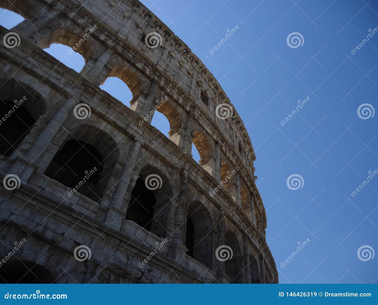 Colosseum con cielo blu