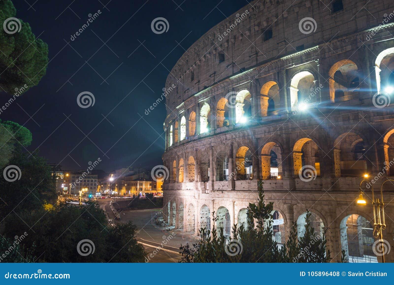 Colosseum de Roma no anoitecer, Itália