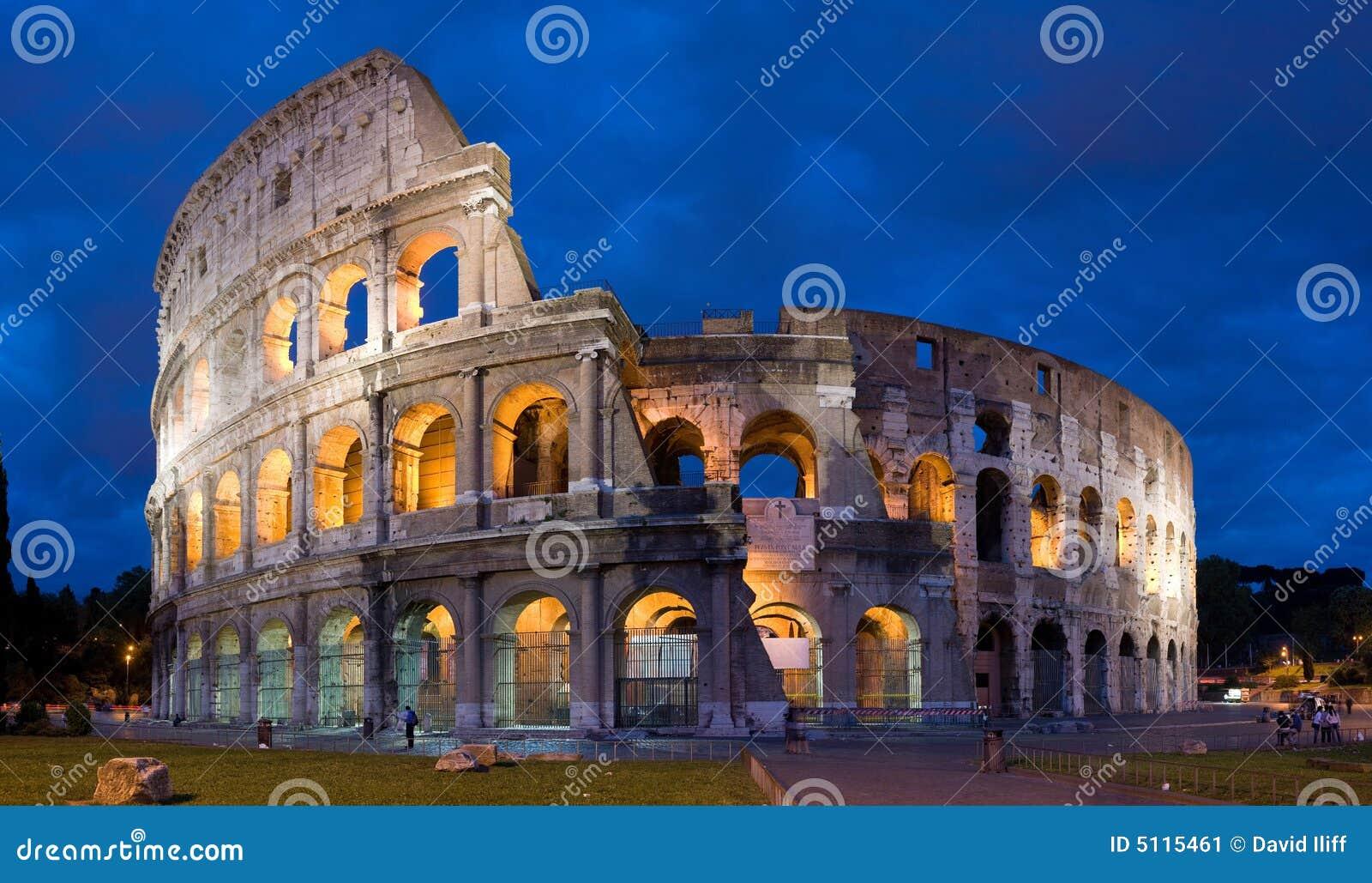 Colosseum en la oscuridad en Roma, Italia