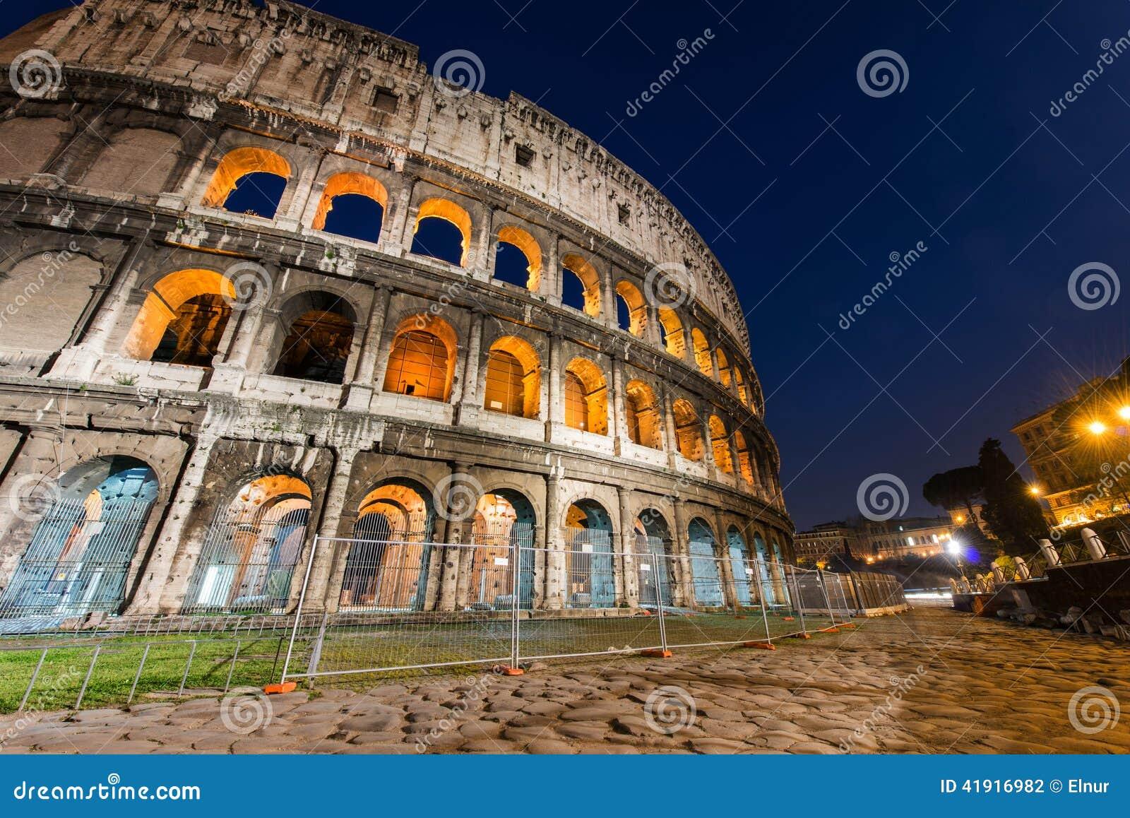 Colosseum famoso durante la tarde
