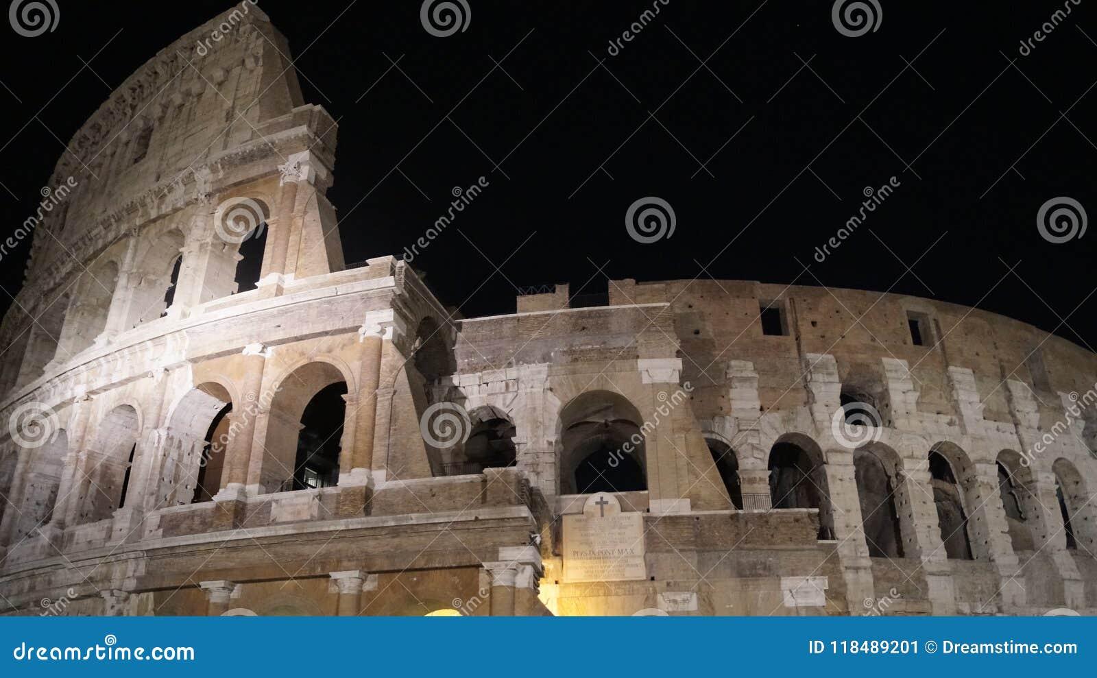 Colosseum w nocy ciemności Rzym