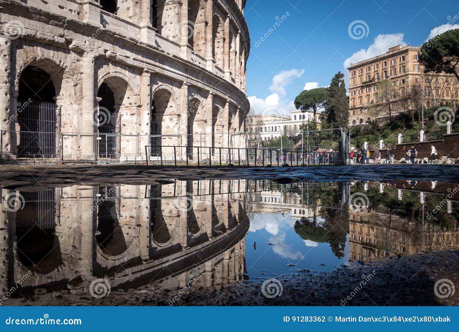 Colosseumen och reflexionen av en pöl, Rome