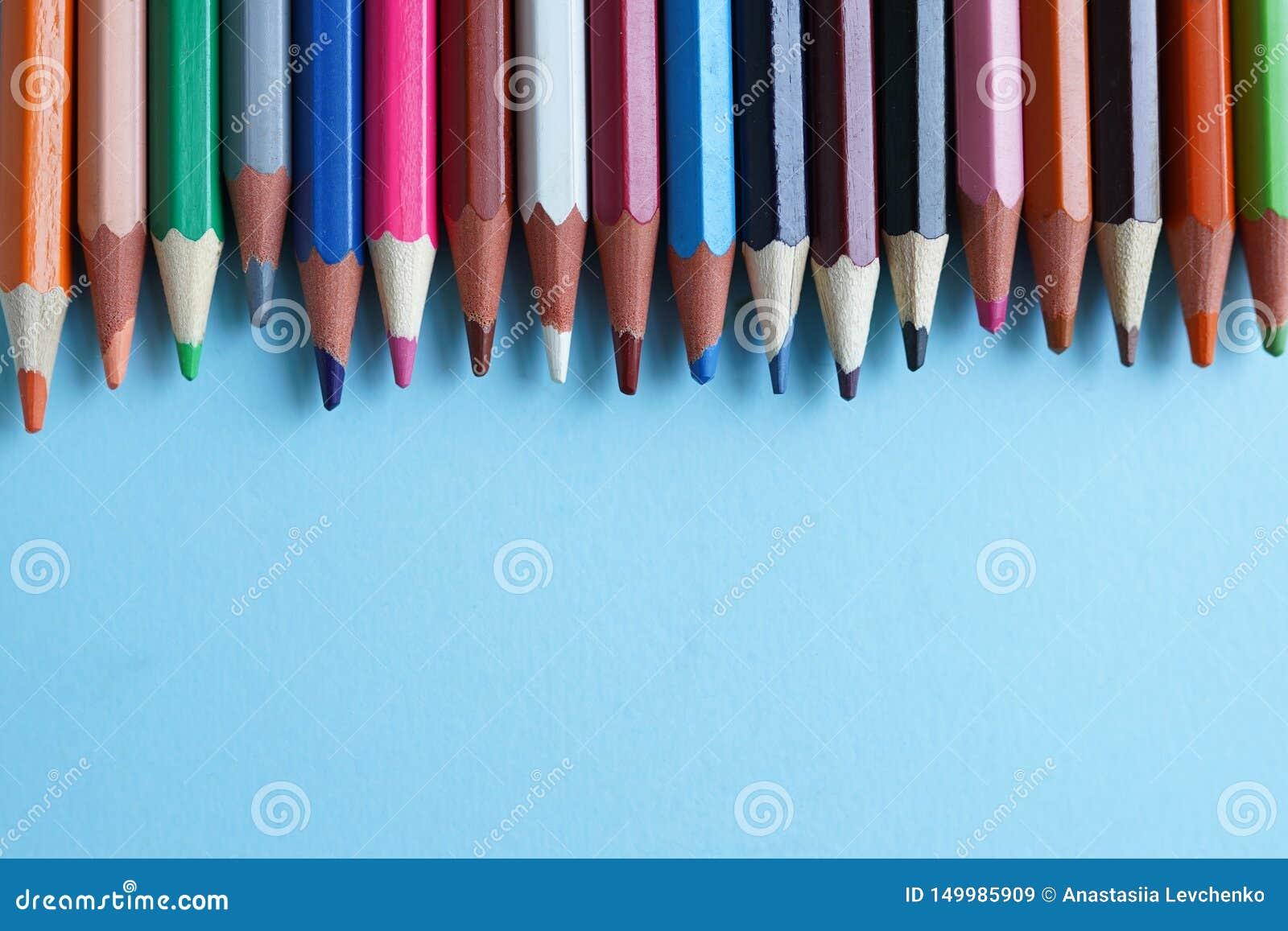 Colour ołówki na błękitnym tle zamkniętym w górę tylna szko?y